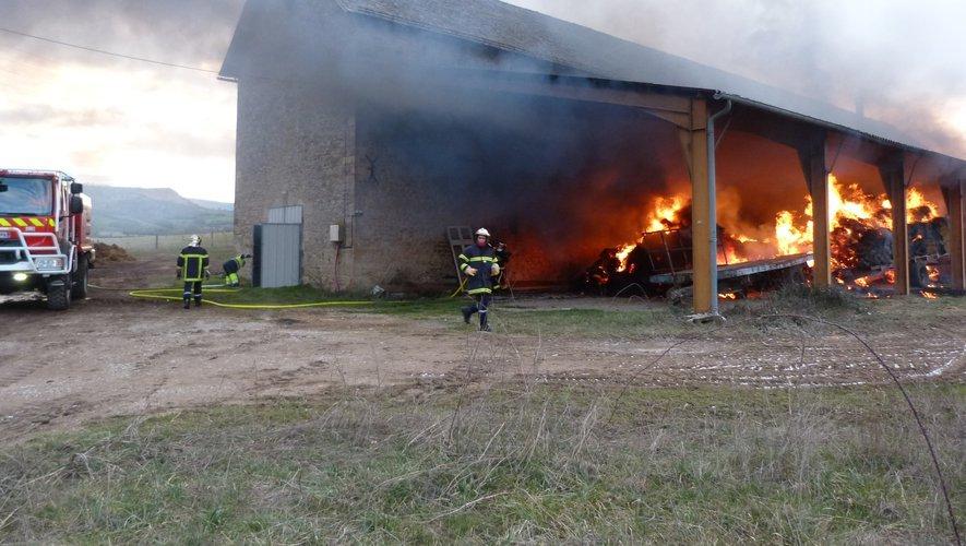 Les pompiers de Saint-Laurent-d'Olt, de Massegros et de Sévérac-le-Château et de Millau, sont intervenus pour maîtriser l'incendie.