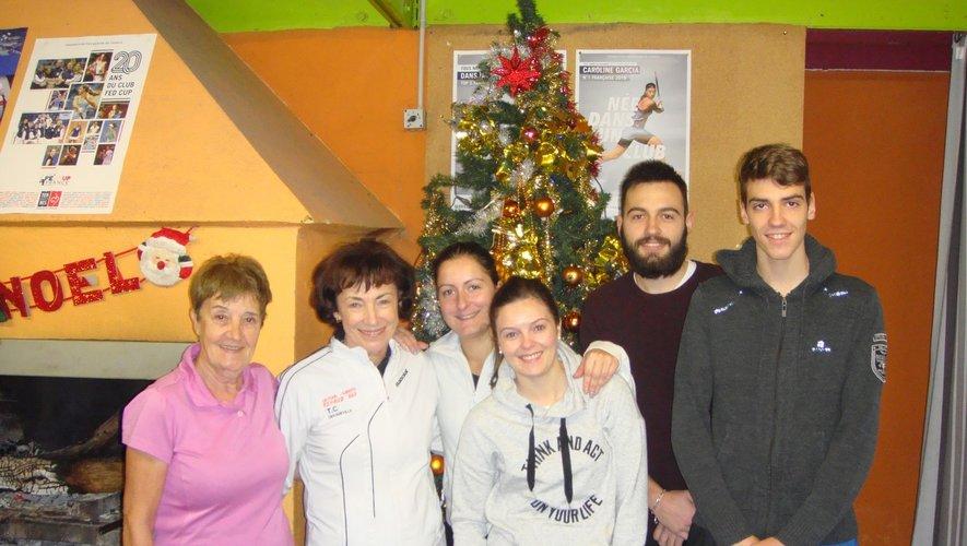 L'équipe II mixte du Tennis-Club : Paulette Couderc, Solange Cantos, Marlène Mafra, Maureen Maillebuau, Anthony et Clément Tranier.