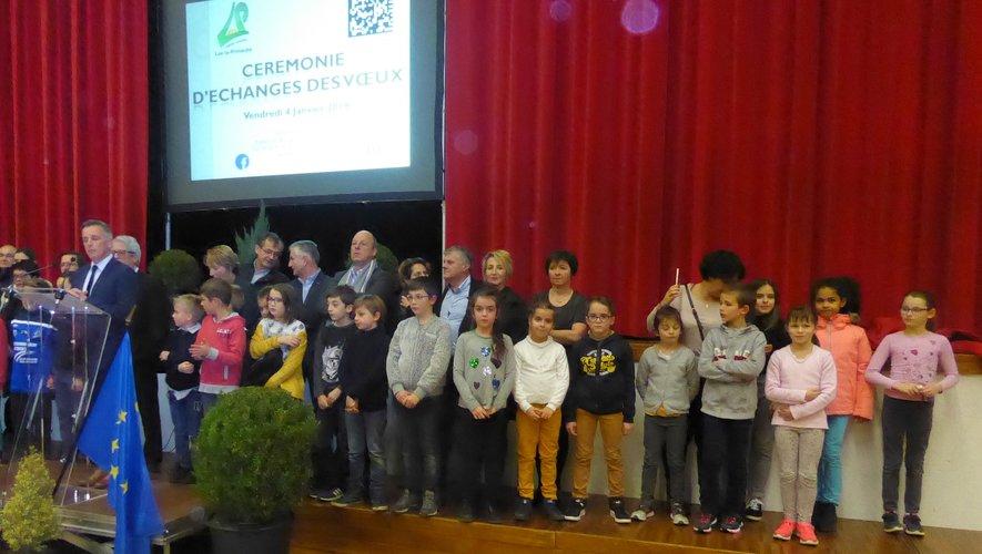Le maire Jean-Philippe Sadoul entouré de toute l'équipe municipale et du conseil municipal des jeunes lors de la cérémonie des voeux.