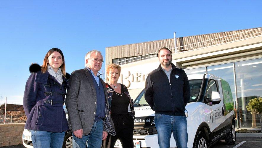 Christian Braley, aux côtés de son épouse, Renée, et de ses enfants Ludivine et Ludovic, devant l'un des véhicules au gaz naturel de l'entreprise.