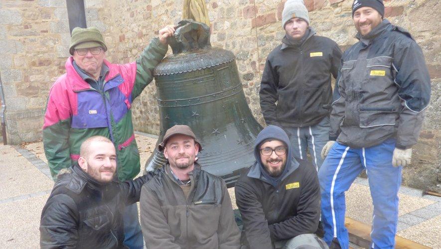 l'entreprise Bodet accompagnée de Bernard et Florent Sabo sonneurs, entourant la cloche au sol