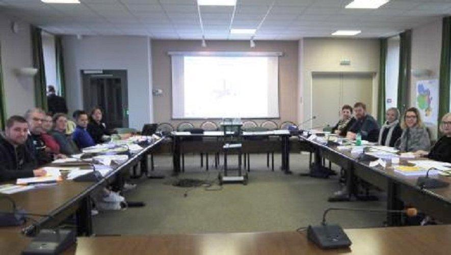 Les 12 agents recenseurs réunis salle du conseil municipal à Luc.