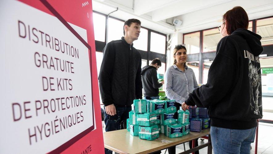 Cette semaine, l'université de Lille distribue quelque 30.000 kits de protection hygiénique aux jeunes femmes sur ses différents campus, sans conditions de ressources et sur simple présentation de leur carte étudiante.