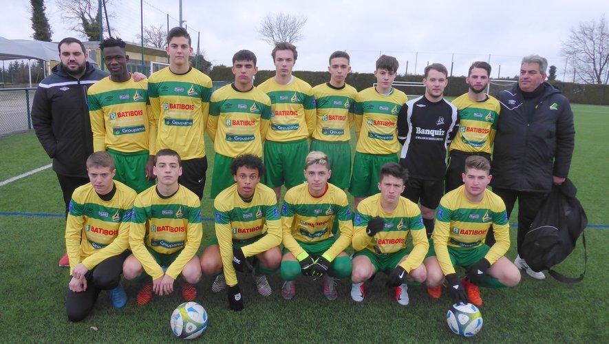 L'équipe I des U19 et leurs éducateurs avant le coup d'envoi contre Marssac.