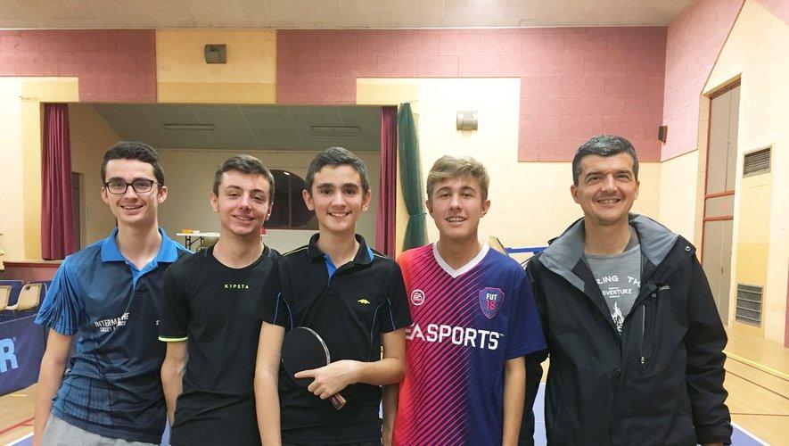 Théo R. , Nico, Théo C., Gautier  en compagnie de leur coach Laurent.