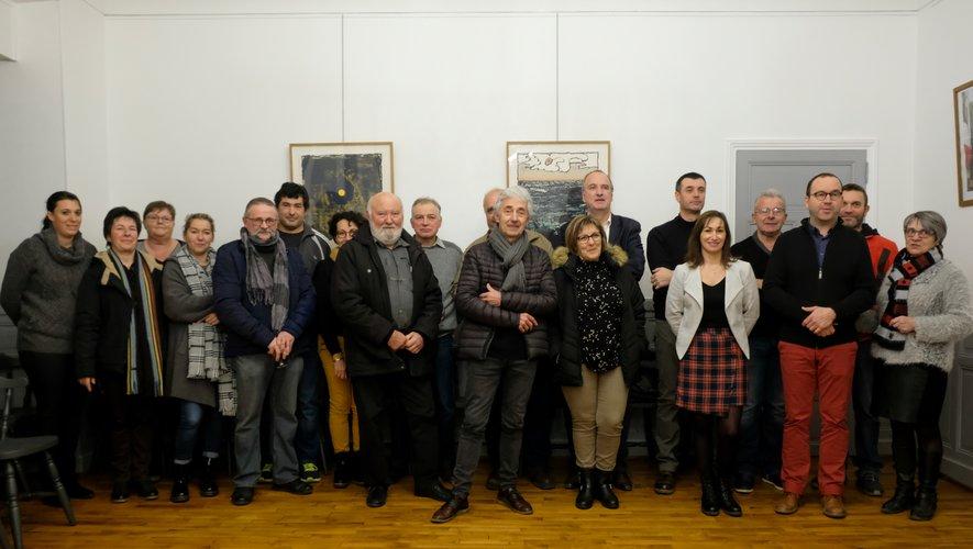 L'équipe de la mairie (maire, élus, personnel) réunie pour les voeux dans la salle du conseil.