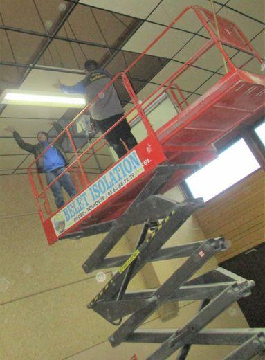 Le plafond de la salle des fêtes est refait
