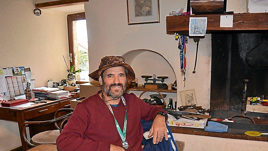 Le chapeau qui coiffe Francis Roux est aussi incontournable que le personnage.