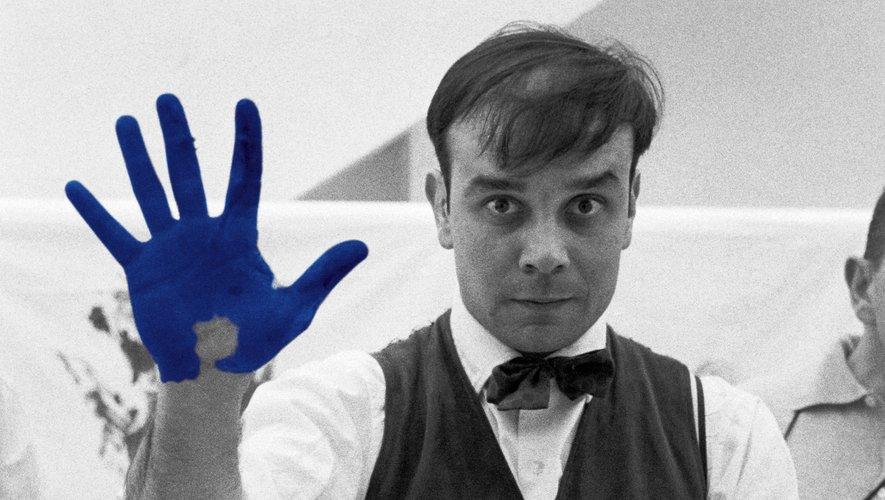 Portrait d'Yves Klein réalisé à l'occasion du tournage de Peter Morley «The Heartbeat of France» Studio de Charles Wilp, Düsseldorf, Allemagne, février 1961