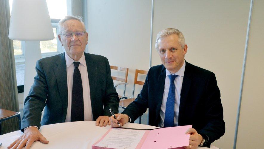 Bernard Maffre, PDG du groupe Les Journaux du Midi, et Frédéric Lavernhe, coprésident de la Fédération des Amicales, ont officialisé le partenariat au bénéfice des Aveyronnais d'ici et d'ailleurs.
