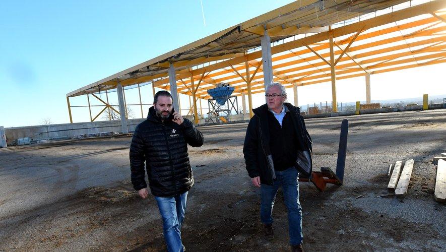 Ludovic et Christian Braley devant l'un des nouveaux bâtiments du centre de tri en cours de montage.