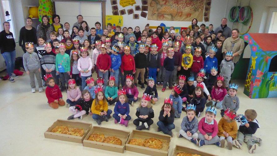 Les écoliers et leurs professeurs regroupés pour la photo de famille avant de déguster les succulentes galettes.