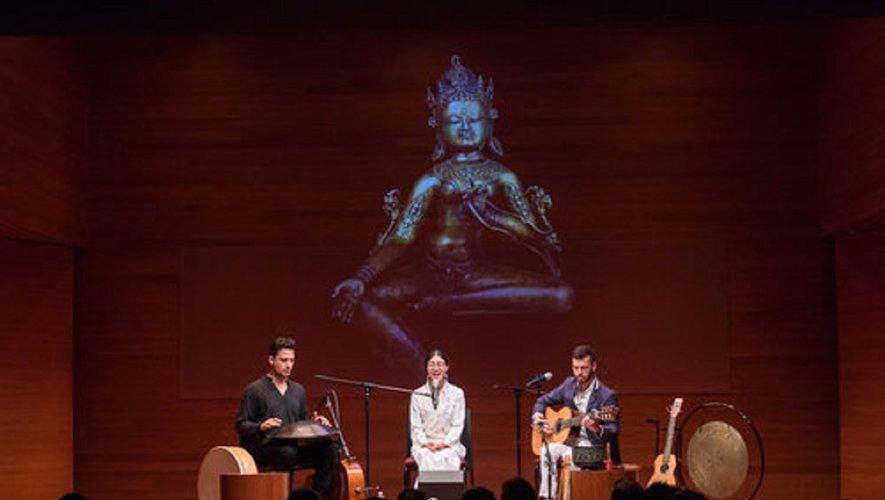 Drukmo Gyal est accompagné par Michel Henry (guitare), Marc Ingrand (tabla et guitare) et Frédéric Machemehl (flûtes).