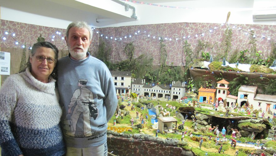 Le couple Pennacino devant la maquette