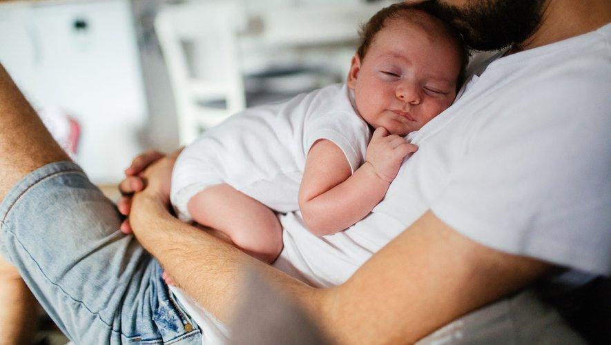 Plus de six Français sur dix de 18 à 24 ans souhaitent l'allongement du congé de paternité, actuellement de 11 jours, selon le baromètre de la Drees, le service statistique des ministères sociaux, rendu public jeudi.