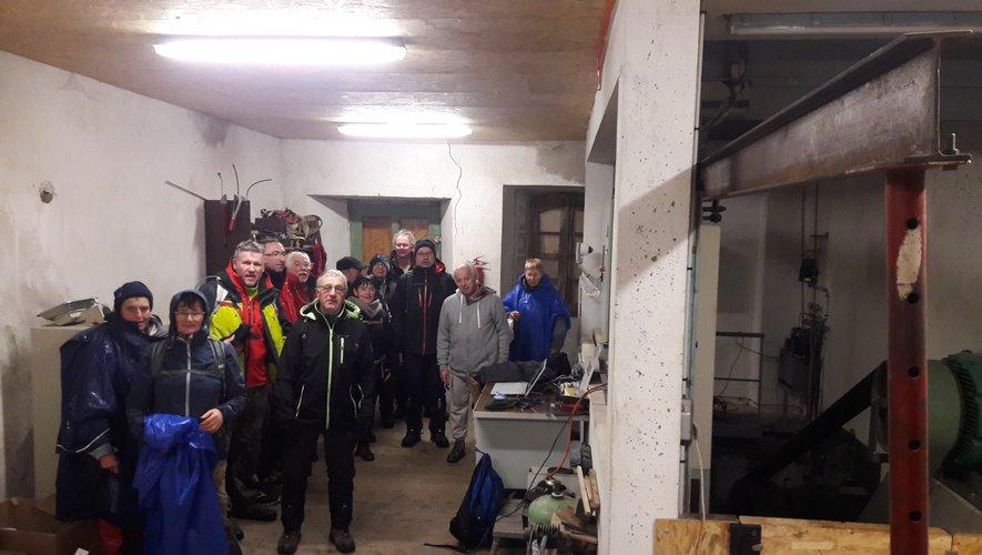 Au sec, les marcheurs ont apprécié les explications du propriétaire du moulin de Laval.