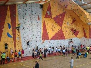 En section UNSS, 6 établissements scolaires regroupaient 120 élèves au mur d'escalade du gymnase de Sangayrac.