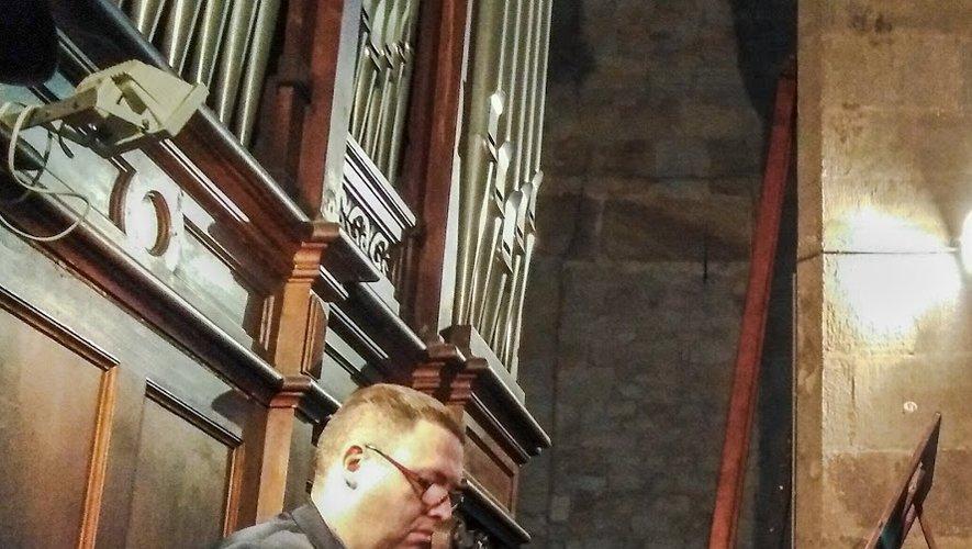 Loïc Randeynes à l'orgue.