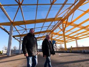 Ludovic et Christian Braley dans le futur bâtiment qui accueillera le tri du bois  et des déchets verts.