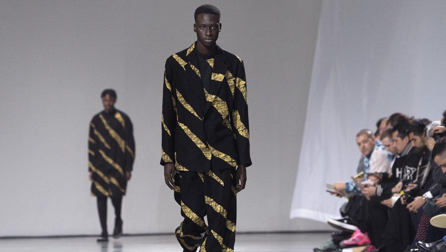 Les costumes amples, presque loose, ornés  de rayures tigrées de la collection automne-hiver 2019-2020 d'Issey Miyake Men. Paris, le 17 janvier 2019.