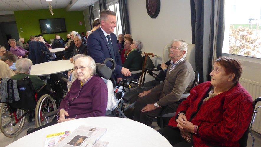 Le maire Jean-Philippe Sadoul saluant et présentant ses meilleurs voeux aux résidents.