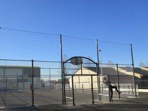 Le city stade est implanté  entre école et courts de tennis.