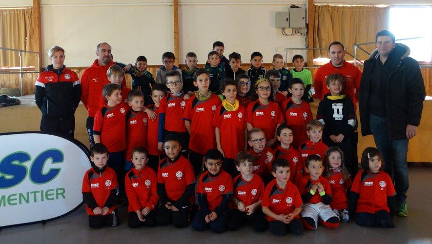 Les jeunes footballeurs vêtus de neuf