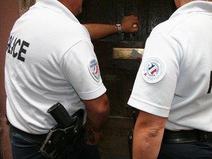 L'intervention des policiers a convaincu l'occupant d'un appartement de mettre le feu au canapé...