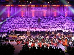 Ce concert Tchikidan à l'Amphithéâtre de Rodez a réuni à l'unisson 500 élèves du Conservatoire et la Musique des parachutistes de Toulouse.