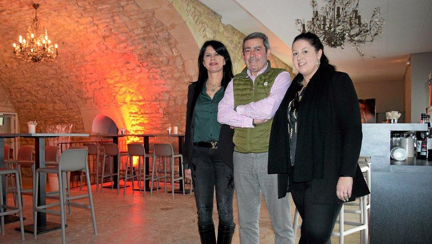 Les Gardes, Maria la maman  (à gauche) et Maéva la fille, entourent Bernard Charrié, dans le bar de nuit à Fontanges.