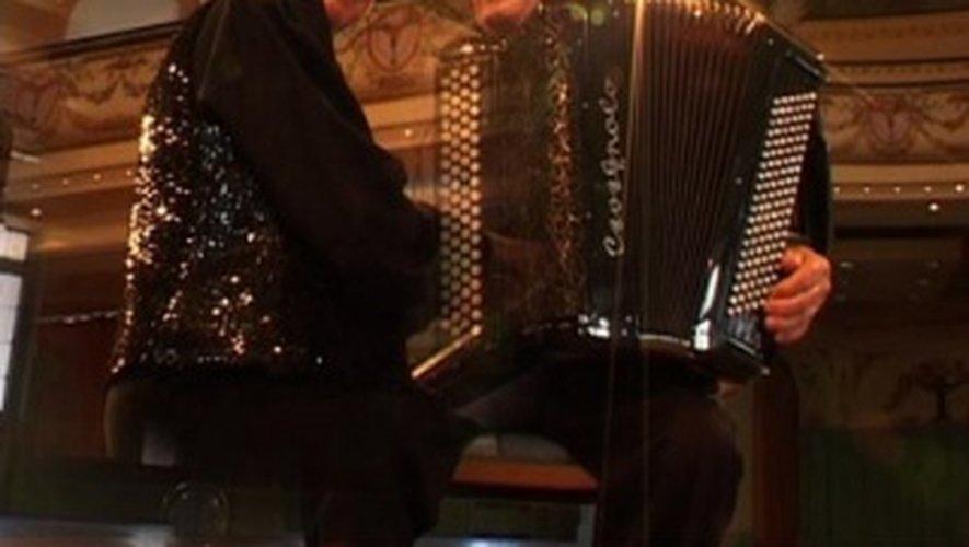 La dernière apparition publique de Marcel Azzola remonte au 16 février 2018 à Espalion, aux côtés de sa partenaire de toujours la pianiste Lina Bossatti.
