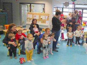 Les petits « bouts de chou » et leurs nounous attendant l'arrivée du père Noël au relais assistantes maternelles « La Galipette » à Luc.