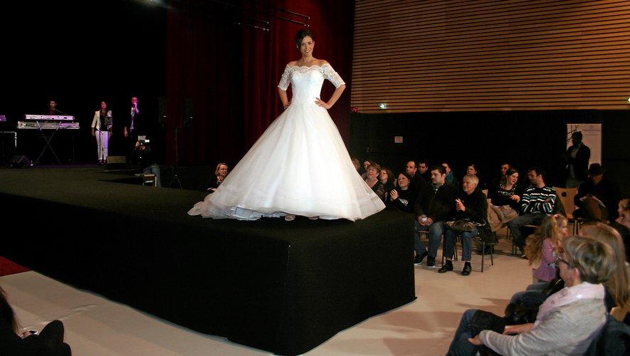 Des défilés pour découvrir les dernières collections de robes de mariées et de costumes.