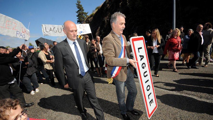 Le maire de Laguiole avait symboliquement démonté le panneau du nom de sa commune pour sensibiliser sur ce combat.