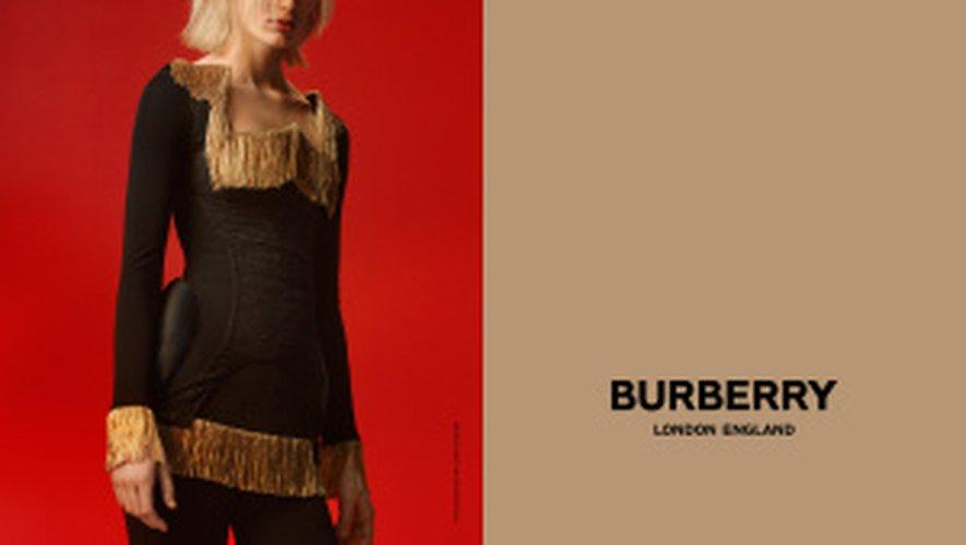 Claudia Lavender prend la pose pour la première campagne de Riccardo Tisci pour Burberry.