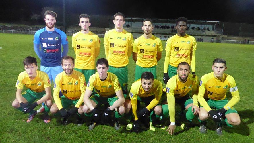 L'équipe fanion de LPFC avant le coup d'envoi contre La Clermontoise Foot.
