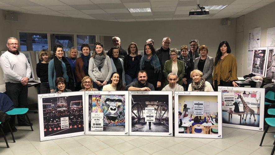 Sébastien Murat (premier rang au centre), qui a réalisé les photographies exposées, et toutes les personnes responsables du projet dans les communes concernées.