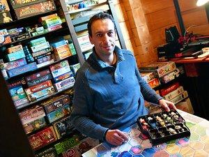Lionel Cauquil devant sa bibliothèque de jeux. Dans son bureau, il en expose plus de 200.