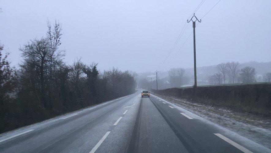 Il neige de nouveau ce mercredi matin, ici à Canabols (La Loubière) sur la RN88.