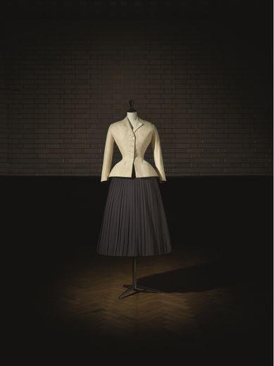 Christian Dior (1905–57), ensemble bar haute couture, printemps-été 1947, ligne Corolle