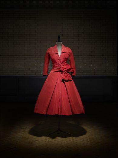 Christian Dior (1905–57), robe manteau 'Écarlate', haute couture automne-hiver 1955, ligne Y