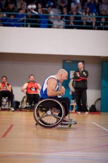 Hervé Pélissier pratique le basket en handisport.