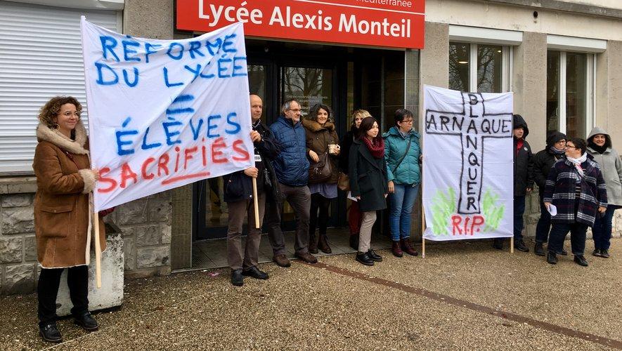 Le collectif anti-réforme du lycée mobilisé devant le lycée Alexis Monteil.