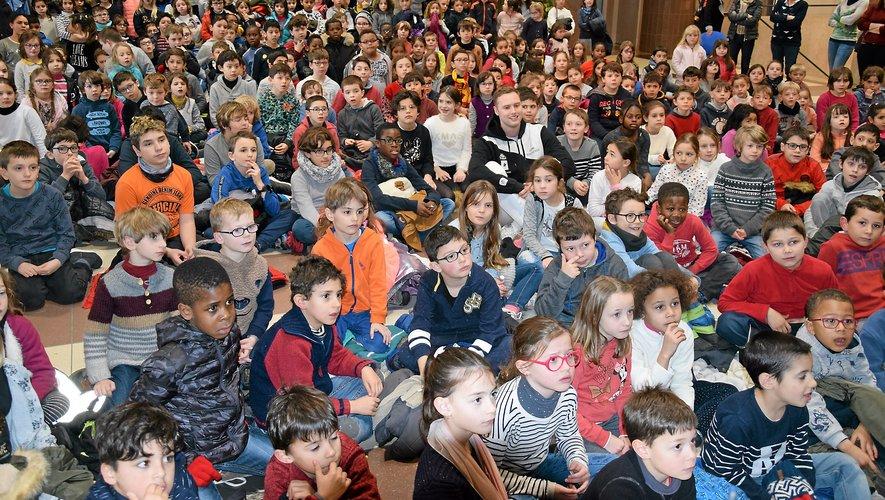 Accueilli hier à l'Hôtel de Ville par le maire Christian Teyssèdre et d'autres élus, Alexandre Bardenet s'est installé au milieu des jeunes primaires de Rodez pour regarder la vidéo de sa victoire en coupe du monde d'escrime à Heidenheim.