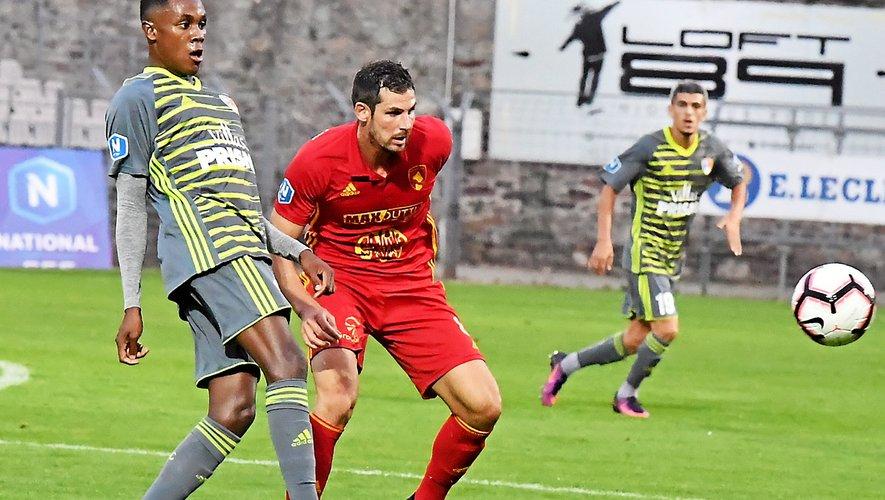 Pierre Ruffaut au duel avec un Marignanais au match aller au stade Paul-Lignon en août (succès 1-0).