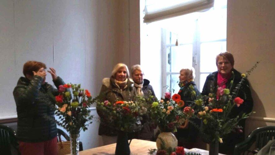 La vingtaine de participantes  a réalisé un magnifique bouquet.