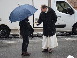 Les religieux fêtent  la chandeleur avec les passants