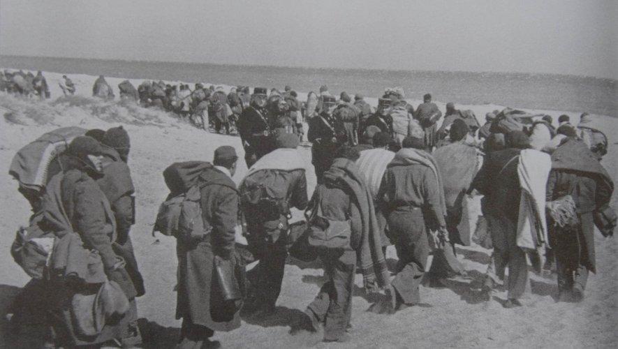 Les hommes étaient parqués dans des camps de concentration.