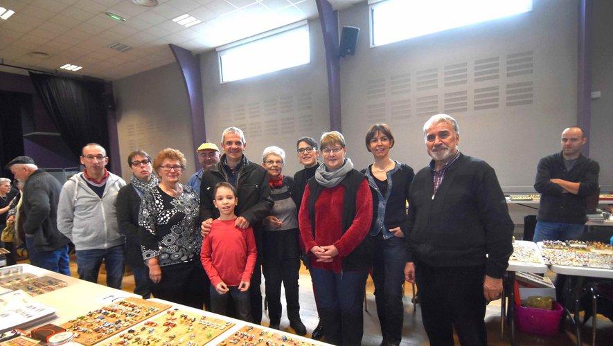 Le maire entouré des organisateurs de l'exposition-bourses d' échange multi- collections miniatures.jpg