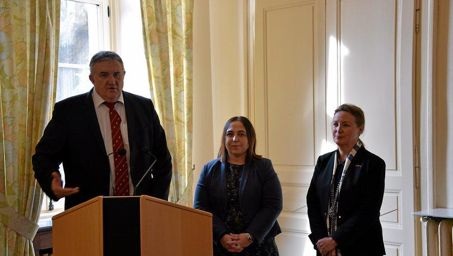 Jacques Barbezange, maire de Baraqueville aux côtés de Karine Clément, maire de Naucelle et de la préfète Catherine de La Robertie.